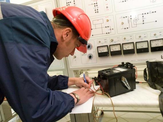 оперативный, административно-технический, оперативно-ремонтный и ремонтный